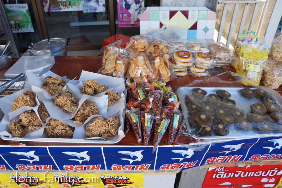 Неведомая тайская вкуснятина - продается прямо посреди тротуара на столах