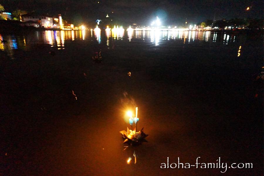 Огни мерцали повсюду, однако луна так и не вышла из-за густых туч. Надеемся, духи приняли подношения тайцев и туристов!