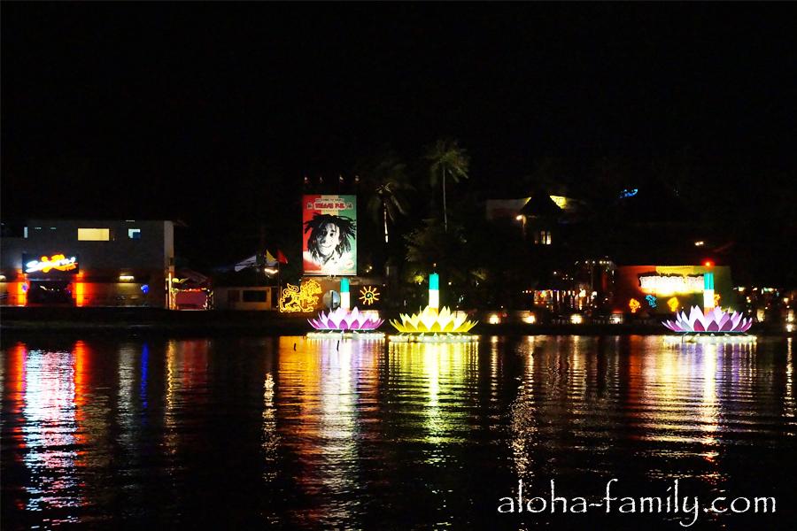 Около берега были сооружены гигантские праздничные лодочки-кратонги
