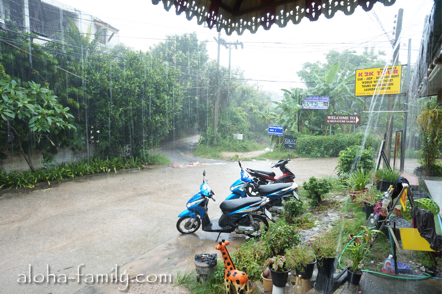 Пережидаем ливень под навесом возле проката байков на Чонг Моне