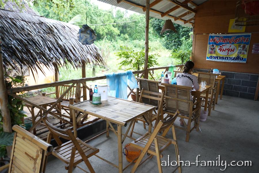 Простенький интерьер тайского кафе