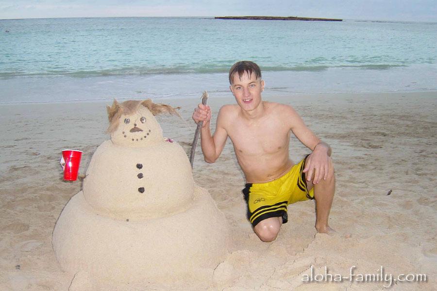 Готовились к празднику не только мы! Кто-то слепил на пляже снеговика из песка! Правильно, встречать Новый год даже на Гавайях нужно вместе со снеговиком! :)))