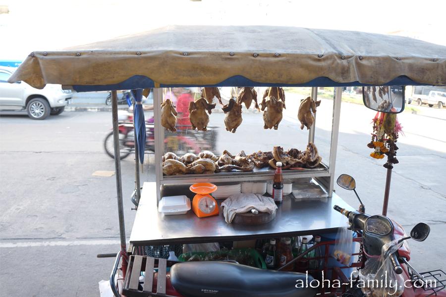 В Таиланде все постоянно что-то едят или продают еду!