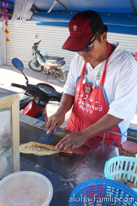 Весёлый дядька со вкусными блинчиками для тайских школьников и для нас