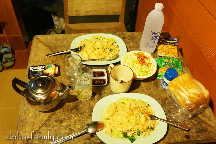 "Wanghin Bungalow - вкусный ужин за $4. Кстати, кто помнит прикол ""найди котэ""! :-)"