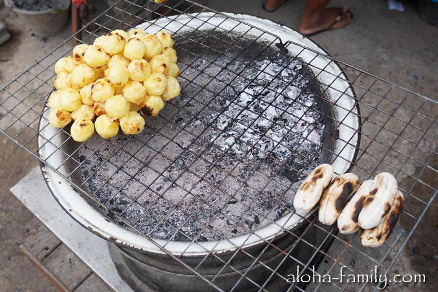 Жаренная картошка и бананы платано гриль, которые очень вкусны с кокосово-сгущеночным сиропом