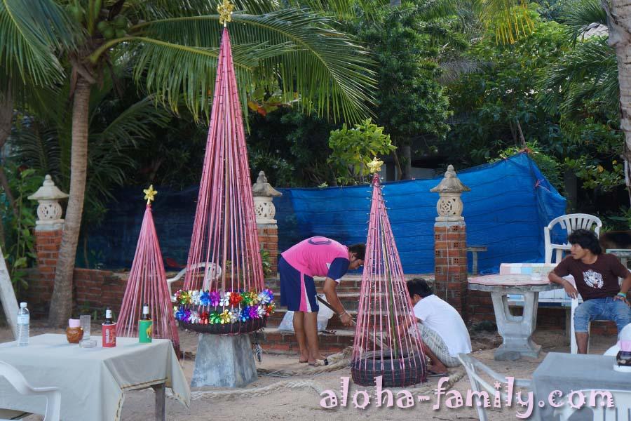 18 декабря 2012 - на пляже Coral Cove сооружают новогоднюю ёлку