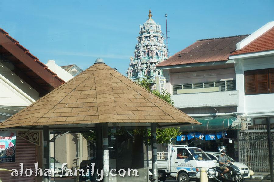 Sri Mahamariamman Temple из окна автобуса - индуистский храм, построенный в 1833 году