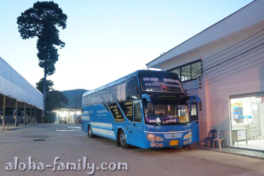 Наш утренний автобус Самуи - Хат Яй. Справа можно увидеть кассу и зал ожидания, слева фудкорт. Еду продают даже в 6 утра!