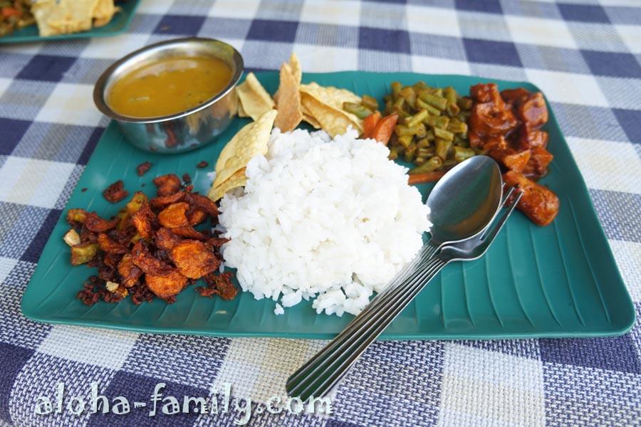 Не самая вкусная индийская еда в дешевом кафе возле Victor's Guest House