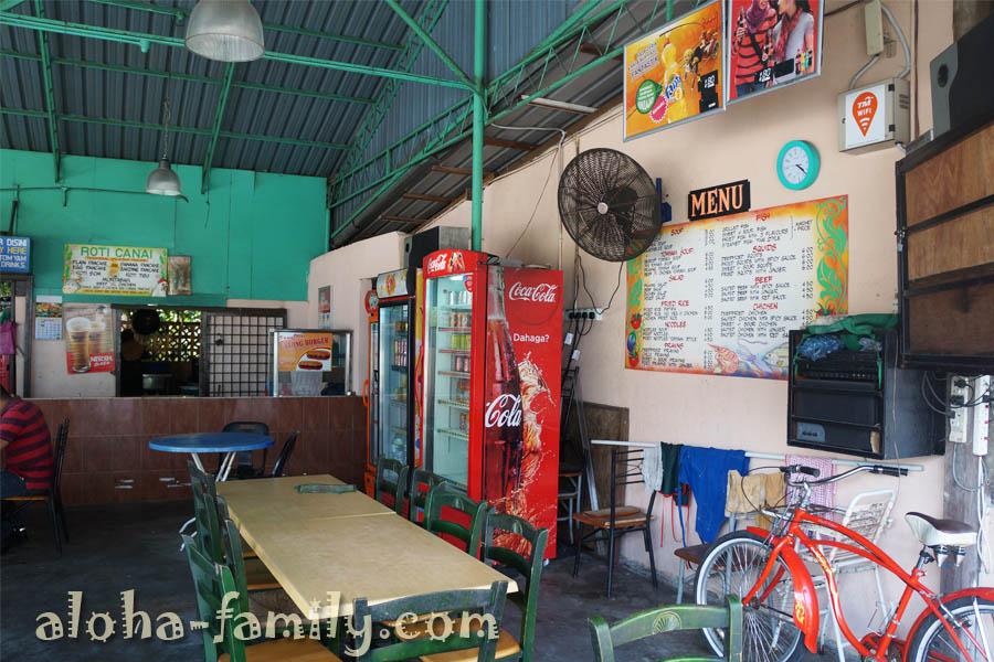 Недорогое кафе на пляже Batu Ferringhi по вечерам здесь громко и смотрят унылый малайзийский футбол... А в невкусной вермишели мне попался камень... Опять меня ждет стоматолог! Кафе не рекомендую, жаль название не запомнили!