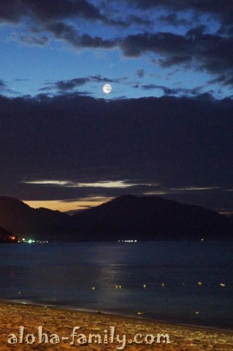 Необыкновенная луна на малайзийском пляже