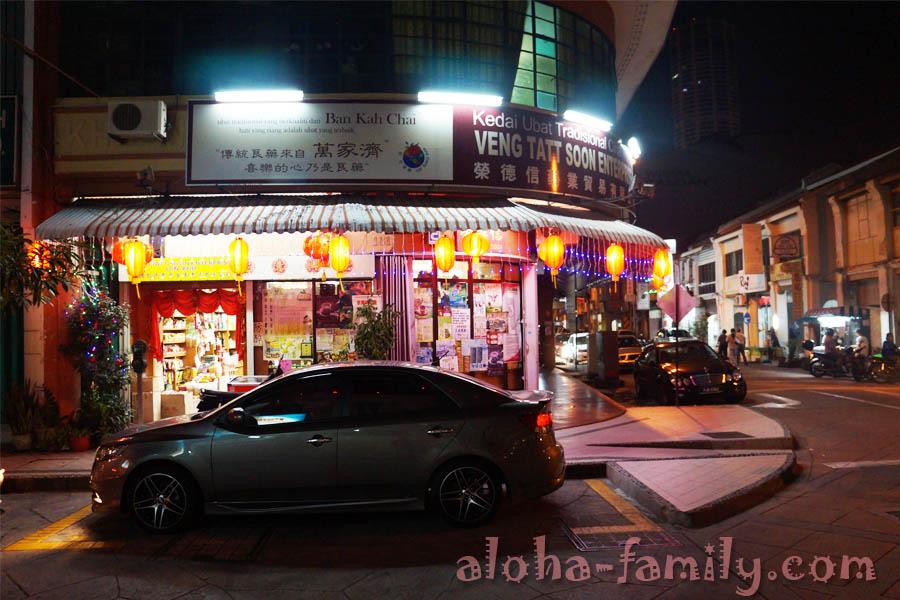 Ночная улица Джорджтауна - ищем обмен валют!