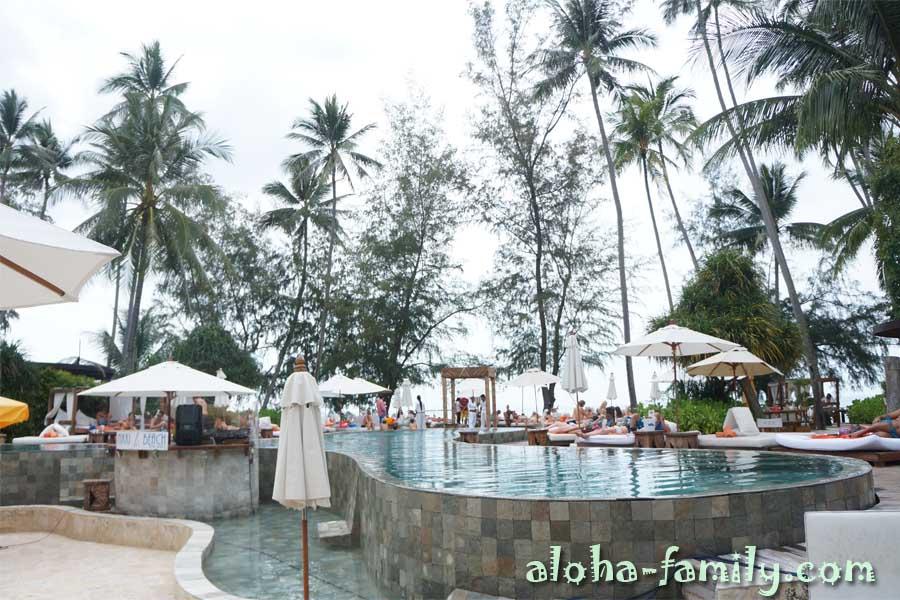 Общий вид бассейна в Nikki Beach Samui