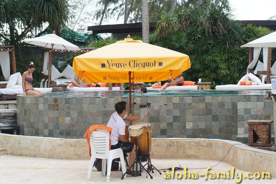 Парень играет на музыкальных инструментах