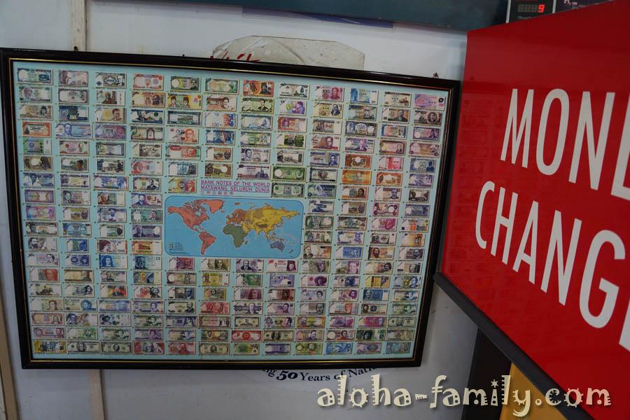Прикольный стенд с валютами мира в обменнике... Гривну я тут не обнаружил! :)))