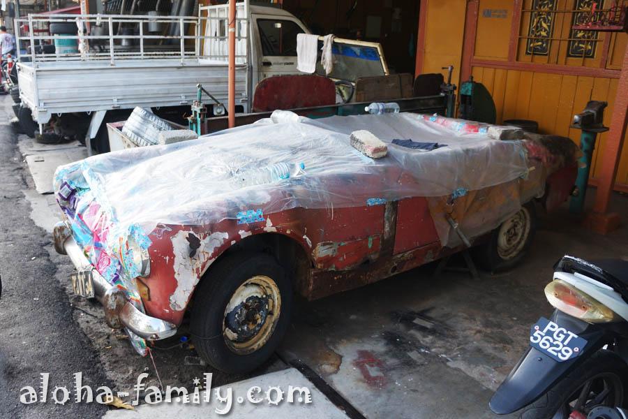 В автомастерской ожидает своего часа раритетная машинка... Вот бы глянуть на нее после реставрации