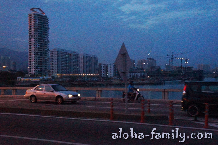 Вид с Пинангского моста на приближающийся в сумерках остров Пинанг (качество фотографий не очень из-за освещения и стекла маршрутки)