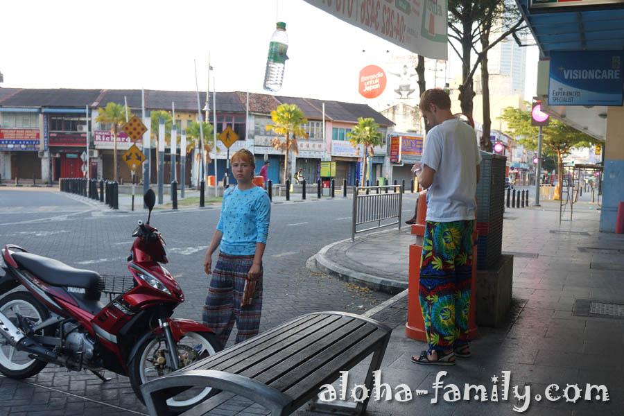 Высокий белый парень в растаманских штанах - Джорджтаун, Пинанг, Малайзия (надеюсь, у него не было наркотиков)