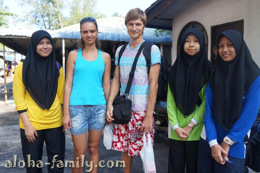 """Я, Лена и малайские школьницы после """"интервью"""" :))"""