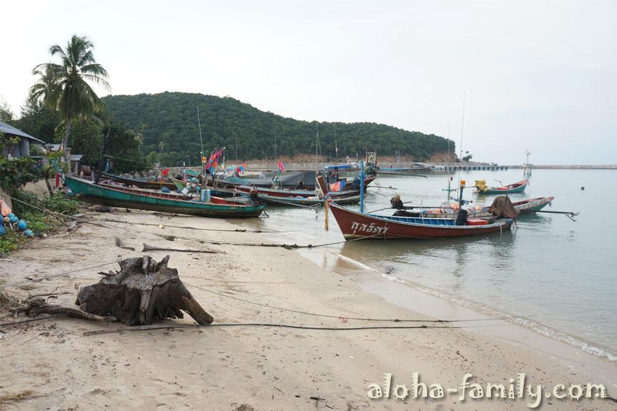 Южная часть пляжа Tong Yang сплошь заставлена рыбацкими лодками