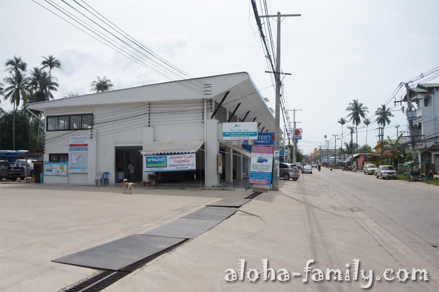 Здание автовокзала на Самуи: там где идет собака - касса, там где слева стоят пикапы, чуть дальше можно оставить мотобайк, напротив продается еда и есть лавочки