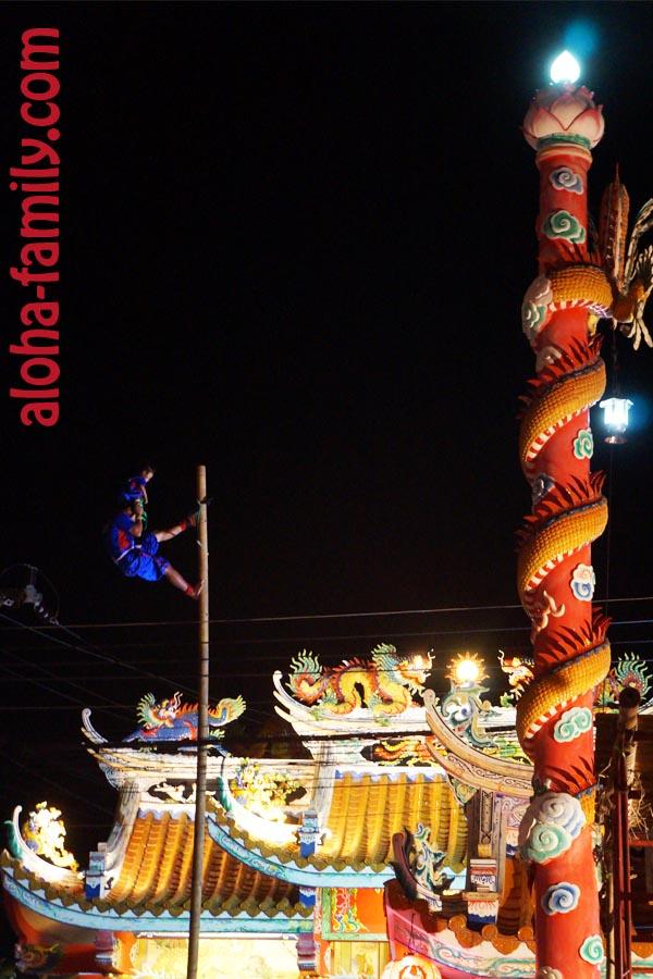 А на сцене тем временем китайский акробат с ребенком выполнял опасные трюки
