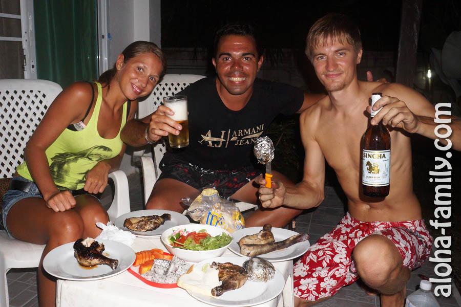 А вот Пабло и Ленка уже сидят у нас на веранде за нашим скромным, но аппетитным ужином - всего через три дня! ;)