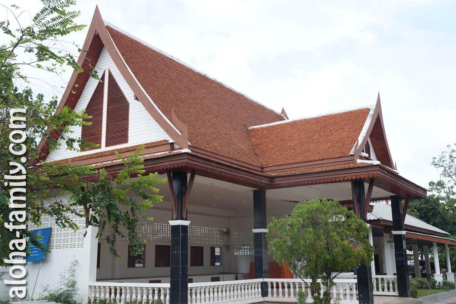 Буддистское здание на Пангане, на которое мы случайно наткнулись при поисках байка