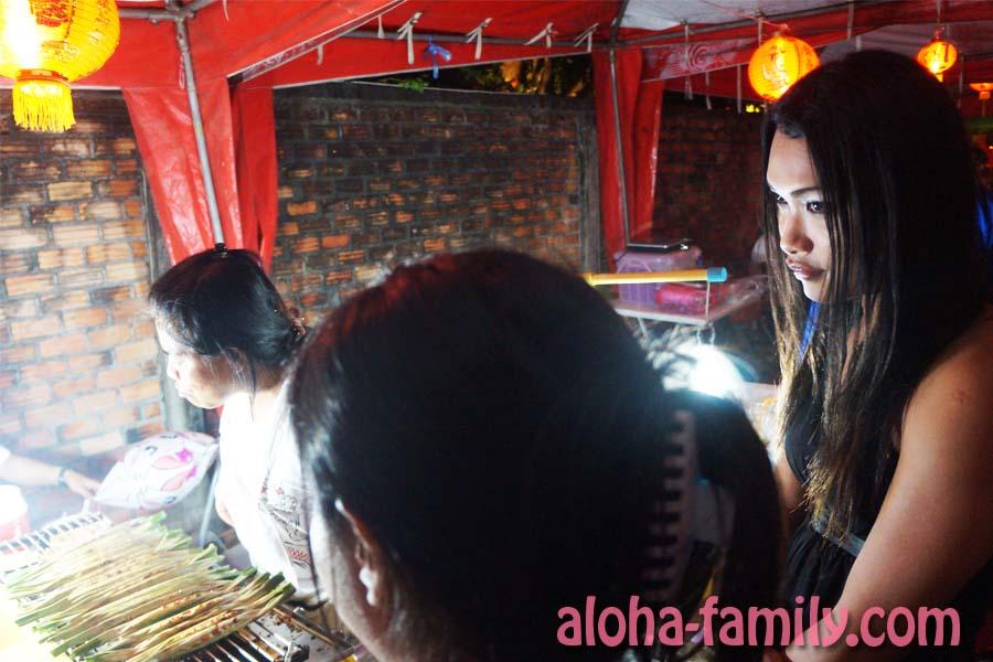 И на закуску... Девушка с кадыком стоит со мной в очереди за халявной тайской едой) Она передавала привет всем читателям блога Aloha family! ^_^ До новых встреч!))))