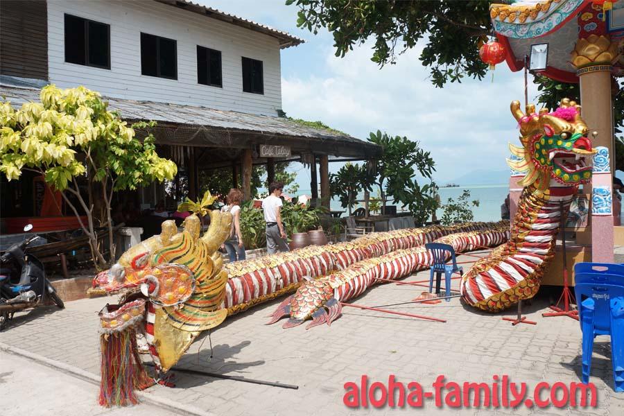 Драконов разложили на площади с самого утра - они являлись частью праздничного реквизита