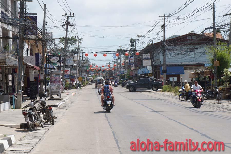 Главная дорога вдоль Маенама, заблаговременно украшенная китайскими фонариками