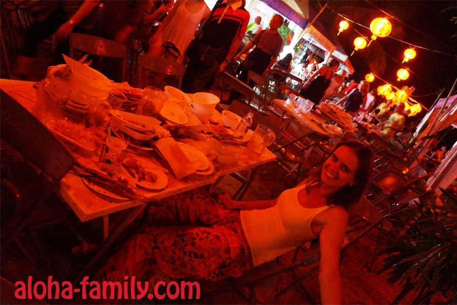 Лена попросила сфоткать, как она немного перекусила за счёт китайцев (или за счет чужих пожертвований - даже не знаем, может те деньги пошли и по назначению)))! :)))