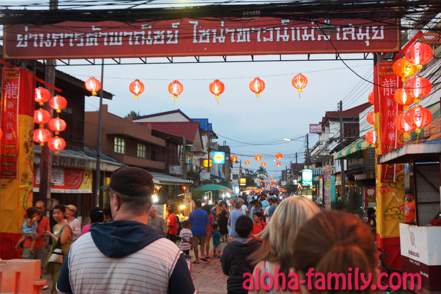 Переходим дорогу - повсюду китайские праздничные украшения, а для пешеходов даже регулировщиков поставили!