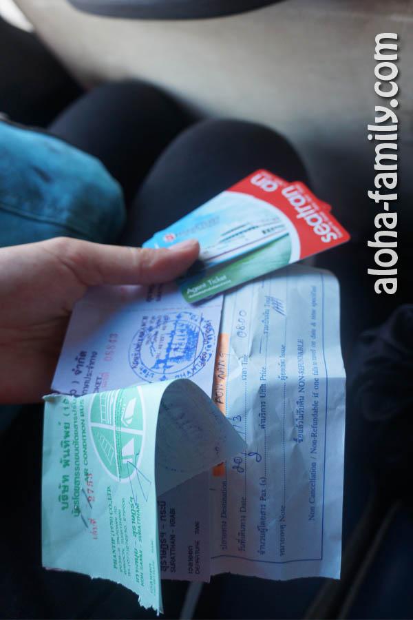 Пластиковые билеты на паром, билеты на автобус до Сураттани и маршрутку до Краби, а также расписка на тайском, что мы оплатили проезд из Краби до Ао Нанга