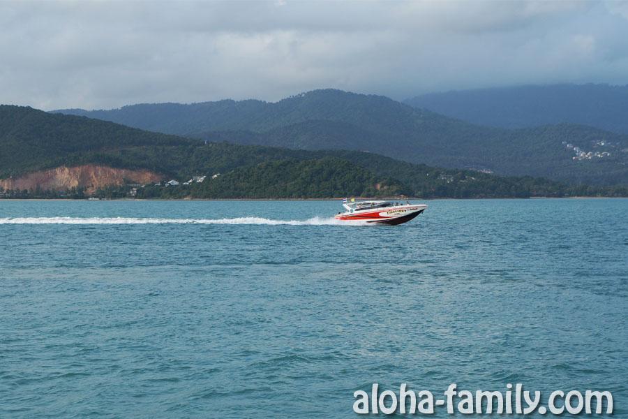 По пути на Панган нас обгоняет скоростная лодка (speed boat) Discovery