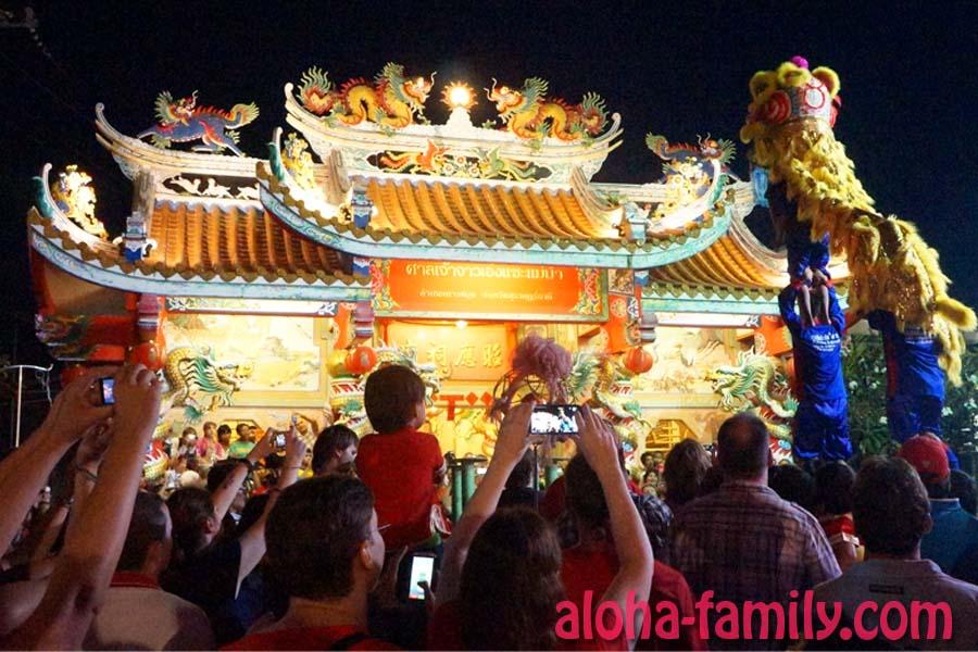 Сотни рук фотографируют львиный танец в честь китайского нового года