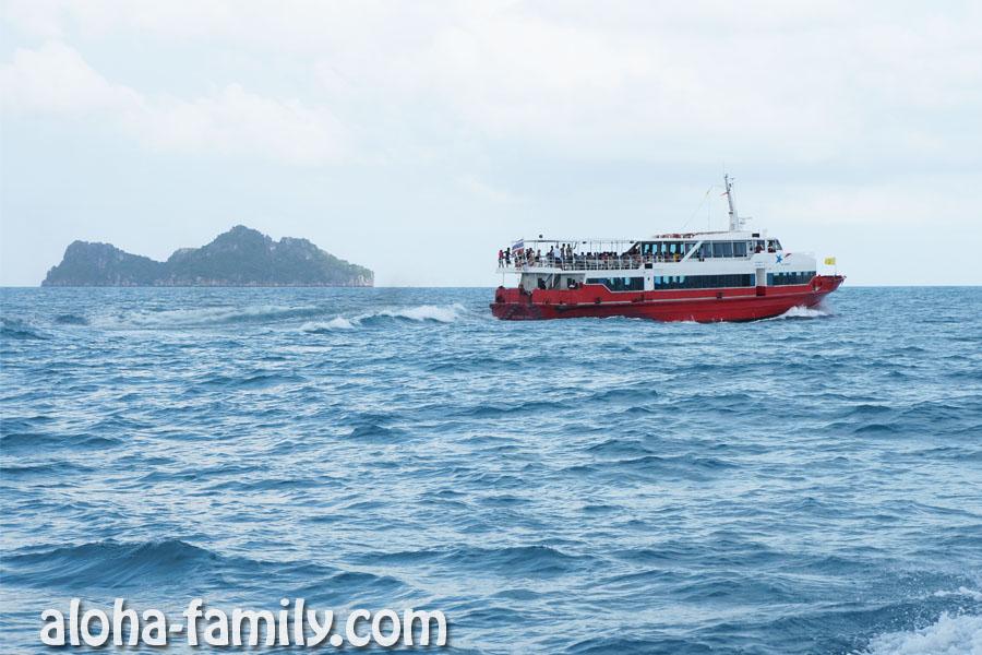 """Теплоход """"Самуи - Ко Тао"""" приближается к Пангану параллельным курсом. Наше водное судно выглядит точно так же! ;)"""