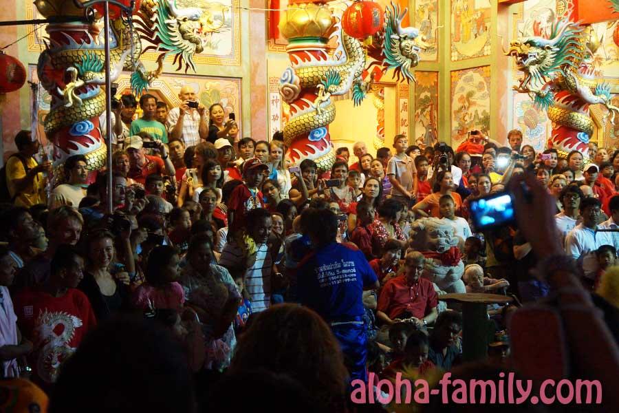 Толпа заворожено смотрит представление
