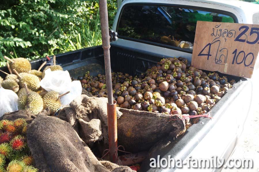 Тот самый пикап с рамбутанами, мангостинами и дурианом