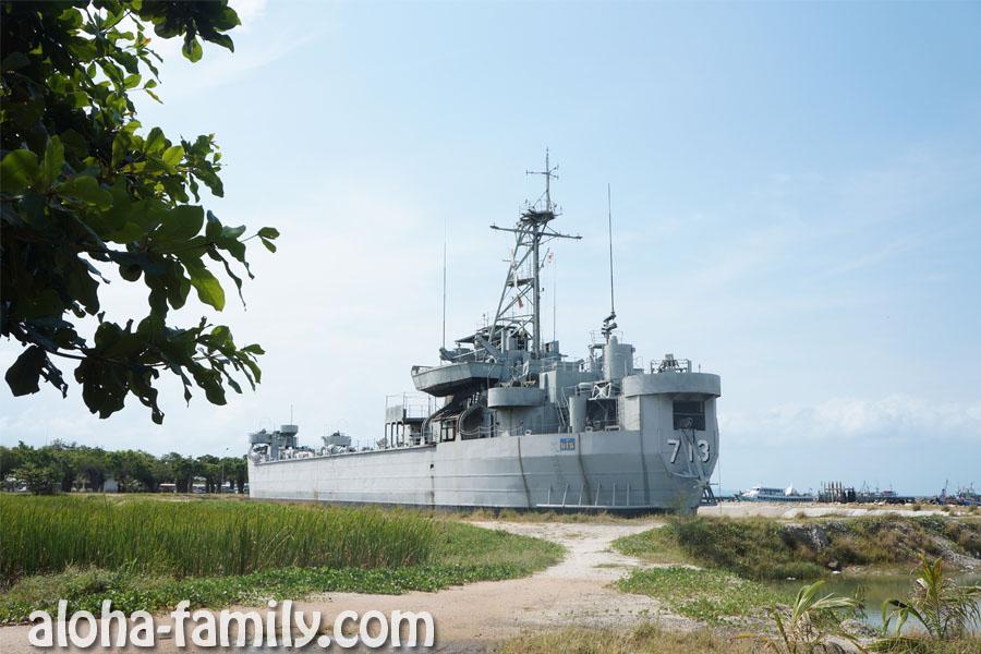 Военный корабль недалеко от причала на Пангане