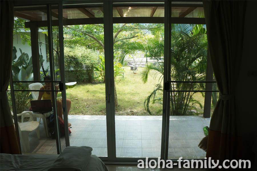 А из нашего окна... Тропическая растительность видна)) И бассейн в двадцати метрах!)