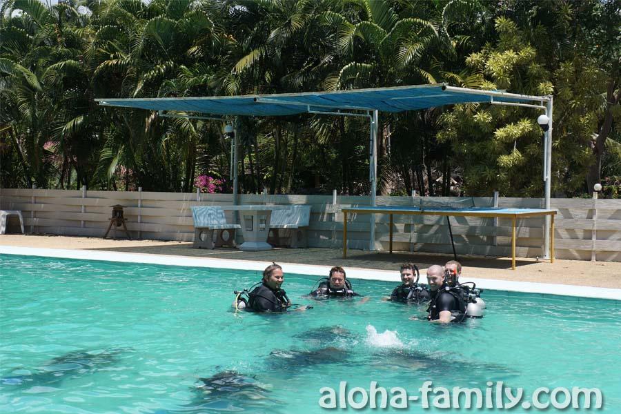 Аквалангисты тренируются у Роберта в бассейне за 150 бат с человека (так и сказали)))