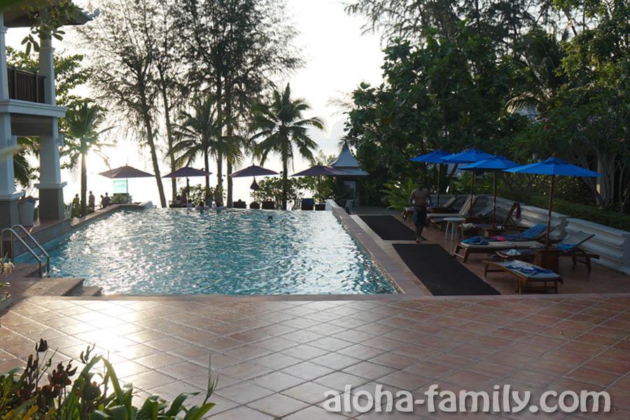 Anyavee Tubkaek Beach Resort - бассейн с видом на море... У многих еще есть приватные бассейны прямо возле домиков... Очень красивые и уединенные, но мы видели лишь мельком!