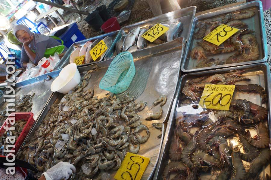 Большие и средние креветки на передвижном рынке в Ао Нанге