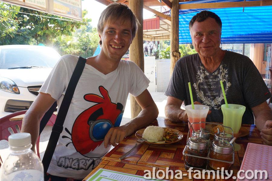 Дешевое тайское кафе со вкусной едой и арбузными шейками по 40 бат