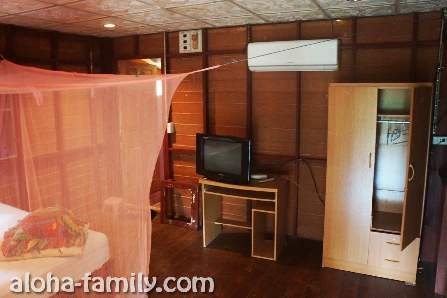 Деревянный домик на Краби - скромная обстановка внутри