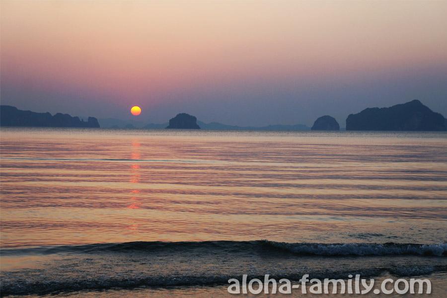 Еще один прекрасный вид заката на малоизвестном пляже на Краби