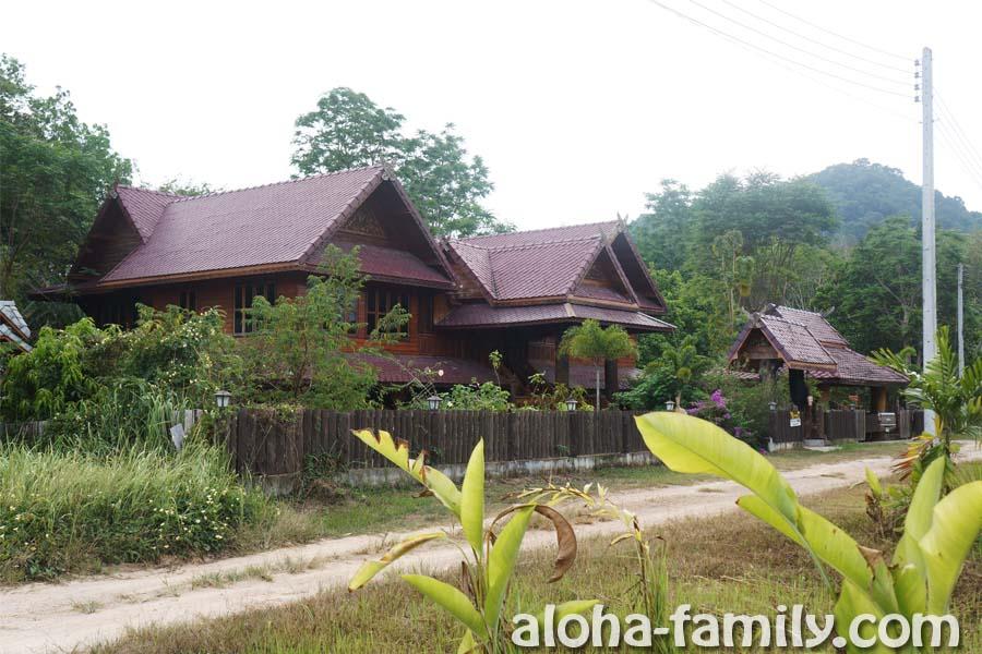 Эти дома находятся возле дома №9, и сейчас они продаются, но ими пока тоже владеет Тинка (фотографии для ориентира)