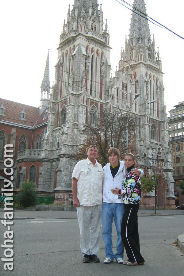 Фотография 2009 года - Киев - я, Леночка и наш гавайский друг))